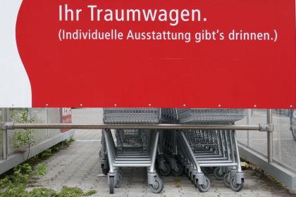 Reklameschild eines Lebensmittelhändlers in Neuwied mit Einkaufswagen als Traumwagen